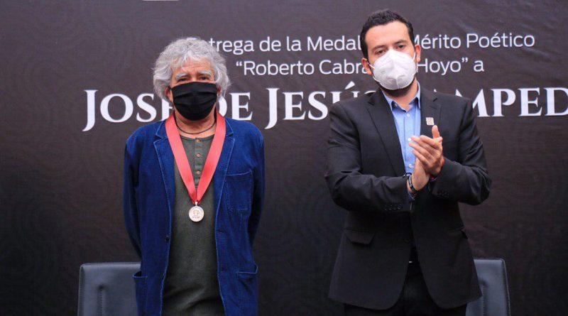 """ENTREGA ULISES MEJÍA HARO LA MEDALLA AL MÉRITO POÉTICO """"ROBERTO CABRAL DEL HOYO"""" A JOSÉ DE JESÚS SAMPEDRO"""