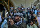 Civiles afganos toman las armas ante el avance de los talibanes